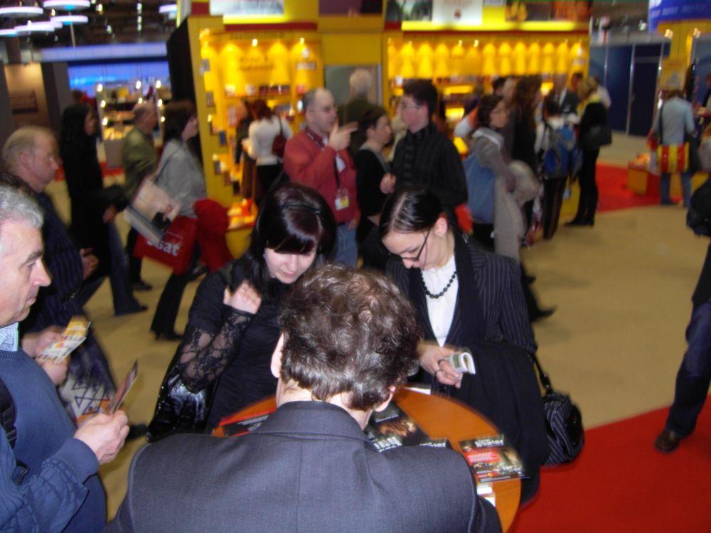 Dorian Hunter schreibt Autogramme